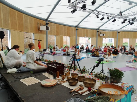 Internationale_yogadag_edingen_2016__1_