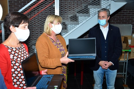 2020-10-15_overhandiging_laptops_sgi__12___kopie_